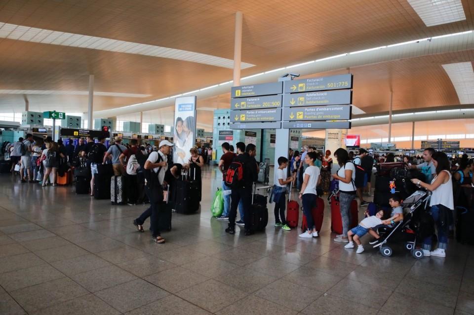 colas-pasajeros-esperando-para-facturar-los-mostradores-vueling-t-1-del-aeropuerto-prat-1467542942745